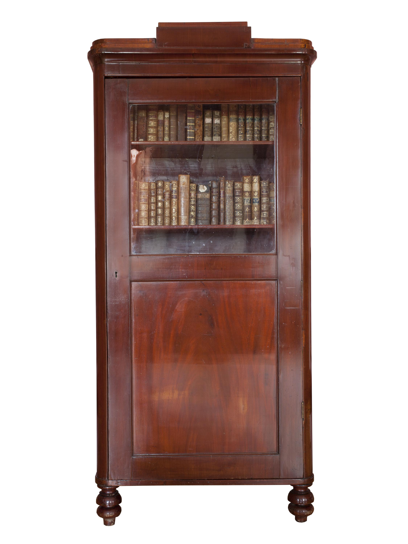 Шкаф книжный.